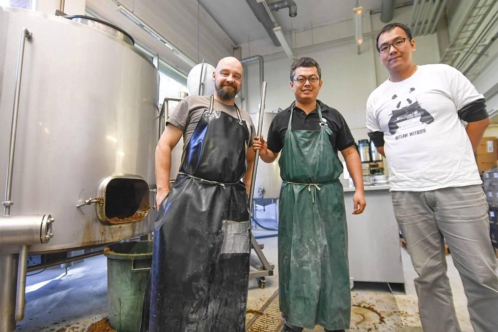 Jyri Ojaluoma, Dinghao Pan ja Zach panivat noin 2 000 litraa olutta. Siitä osa jää Suomeen, osa kuljetetaan Kiinaan.