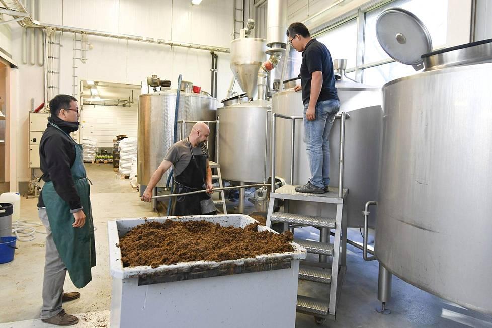 Kiinalaisvieraat löysivät oluenpanolaitteistoista pienehköjä eroja Mallaskosken ja Panda Brew'n välillä, mutta menetelmät ovat samanlaiset.